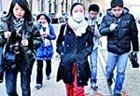 为防止被认,校园里经常戴着口罩
