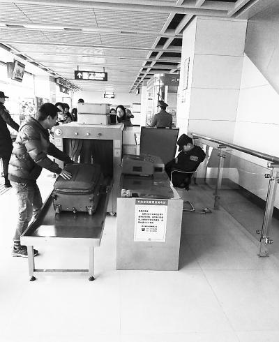 地铁安检员对着仪器打瞌睡 涉事安保人员被开除