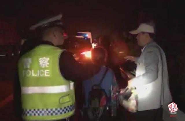高速路上17名乘客雨夜被困 民警火速救援除隐患