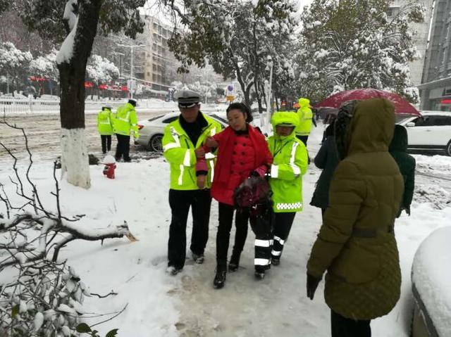 襄阳一市民在公交车上晕倒 警民接力救护