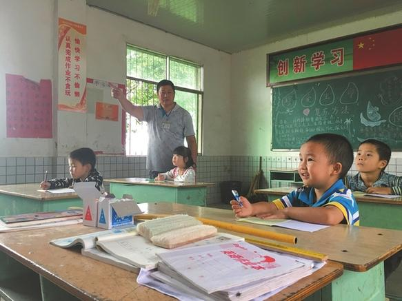 教师扎根村小37年 从教生涯浓缩进500张寸照
