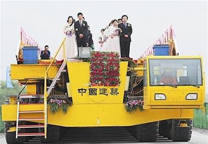"""武黄城际铁路工地办婚礼 """"最牛""""婚车给力(图)"""
