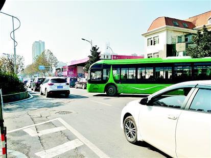 """车辆排队加油引拥堵 路口加油站屡致""""肠梗阻"""""""