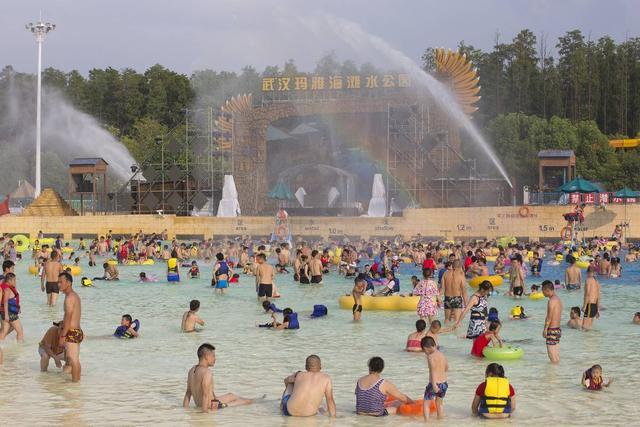 高温炙烤下的武汉 这群人每天用汗水守护数万人的清凉