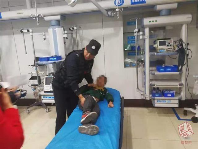 9岁男孩被整根香肠卡喉危在旦夕 民警紧急送医