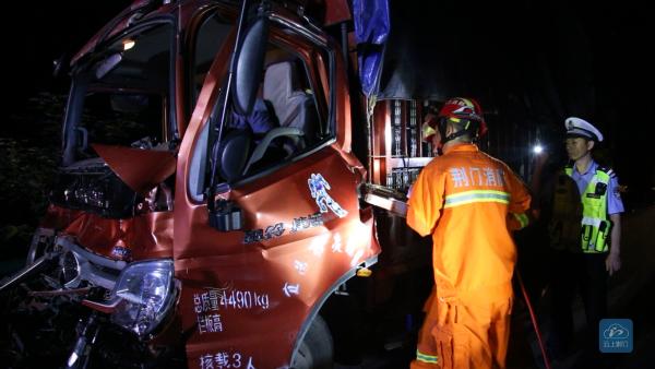 钟祥一司机疲劳驾驶引祸端 凌晨2点消防紧急救援