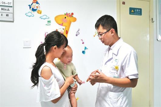 90后医生倾囊相助1岁女童手术 自己天天啃馒头