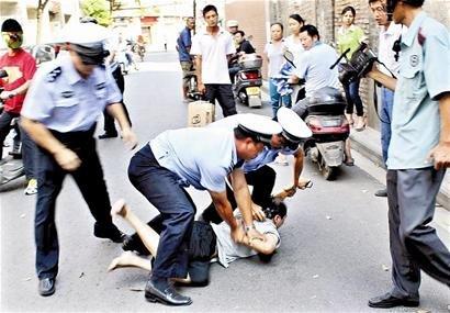 武汉一的哥违规逆行当街袭警 据涉事将行政拘留