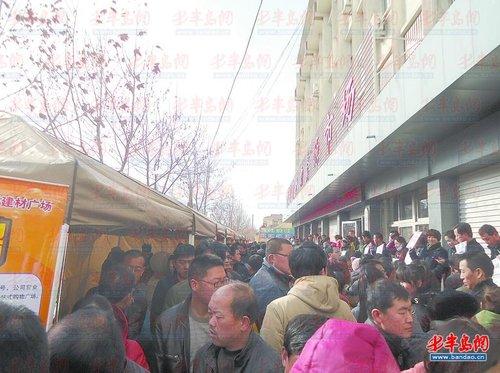 2000元左右,公司要提供住宿   今年25岁的尹菲菲家住平度市张戈庄镇