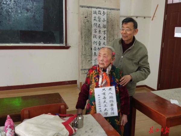 97岁老人仍在上老年大学,图为儿子和母亲一起上学。长江日报 图