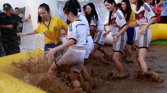 高清:泥浆足球赛 性感宝贝摸爬滚打大秀技艺