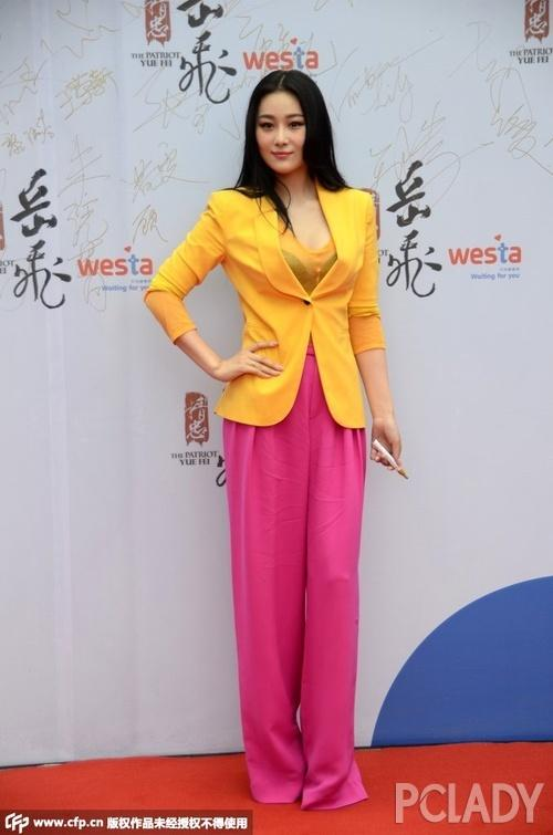 黄色电影zaosuo_张馨予出席电影电影宣传会,身穿红色长裤搭配黄色西装外套现身