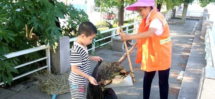 武汉8岁男孩连续3年帮环卫工奶奶扫街 乖巧懂事让人心疼