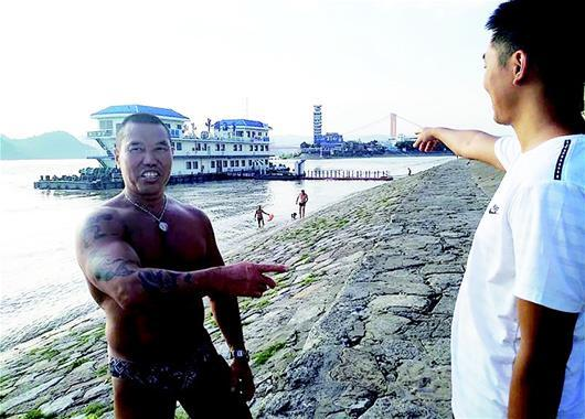 外地游客宜昌江边游泳遇险 差点被水流吸入船底