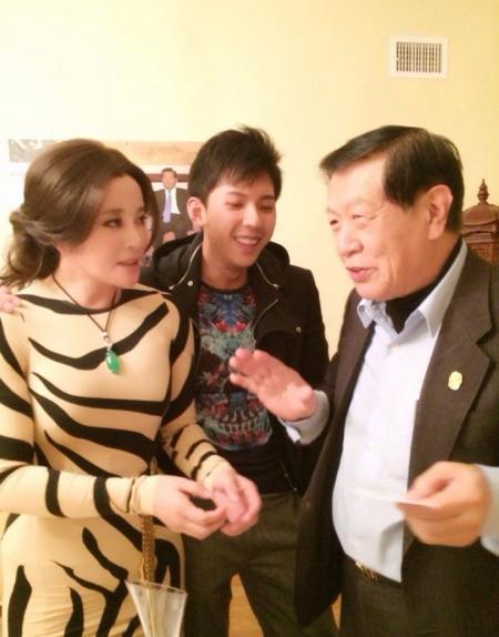 刘晓庆肉色虎纹装美国会友人 获赠测谎仪