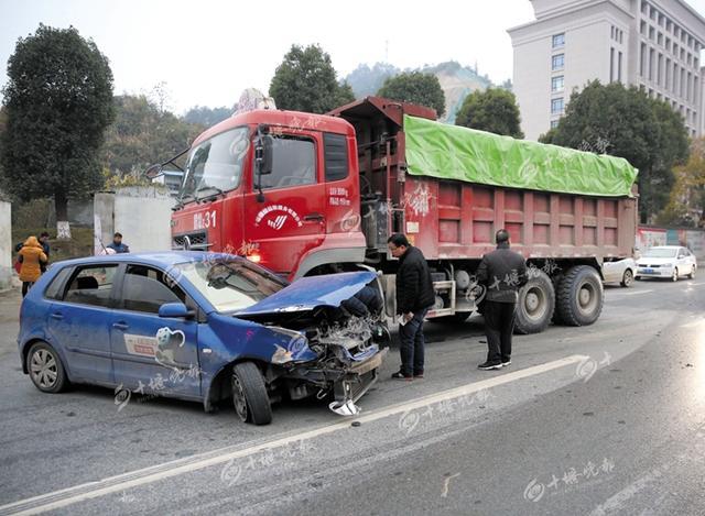 渣土车与一辆小车相撞 小车被推行十余米(图)