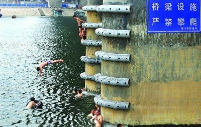 """武汉晴川桥下""""游人如织"""" 攀爬跳水危险多(图)"""
