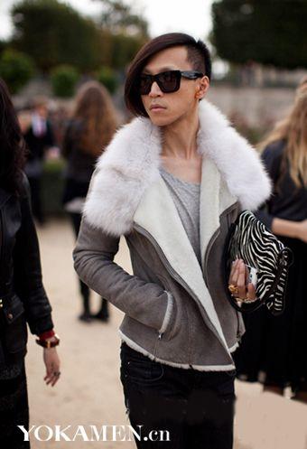 斑马纹手拿包永远不是女人的专属男人拿了照样有型优雅....
