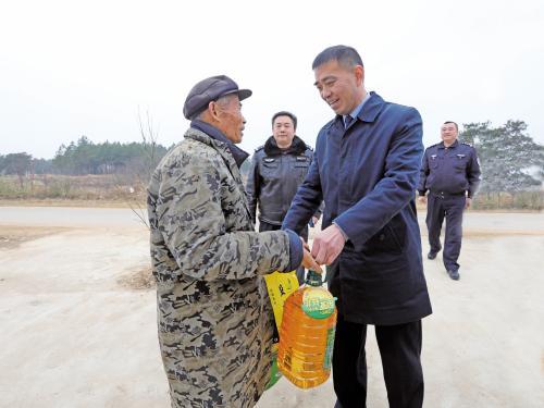 市交警支队展深入饶湾村展开春节慰问活动