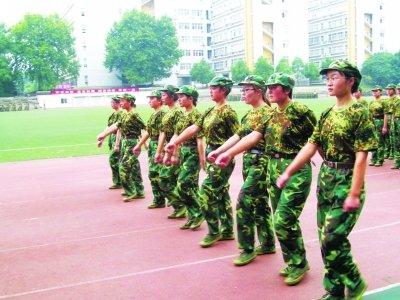 高中军训缺席 坚强残障女生 走后门 求大学军训