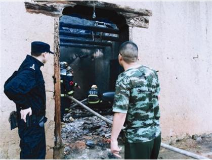 宜昌一深山农宅起火 消防员抢出燃烧的煤气罐