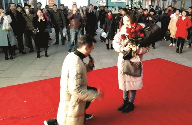 小伙东站铺红毯求婚 众旅客见证幸福时刻(图)