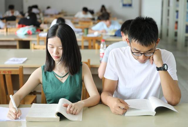 武汉一高校现学霸情侣 相爱六年携手赴法公费读博