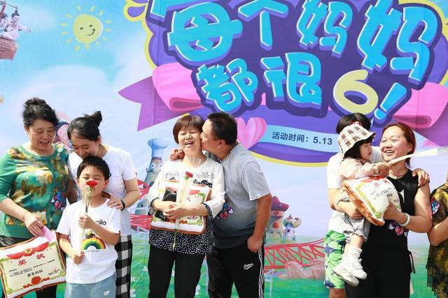 武汉欢乐谷母亲节上演温馨亲情告白 千朵康乃馨免费送