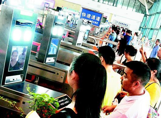 """武汉火车站开启""""刷脸""""时代 自助进站只需2秒"""