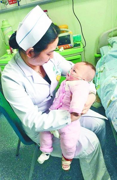 """奶奶独自带宝宝来看病 护士充当""""临时妈妈""""悉心照料"""