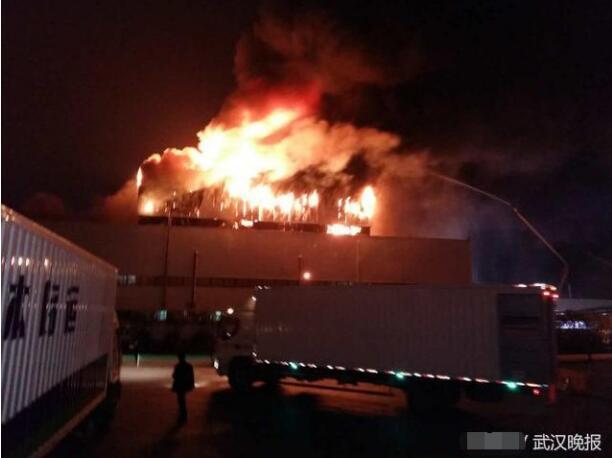 武汉一厂房昨晚突发大火 数百平米铁皮屋顶烧塌