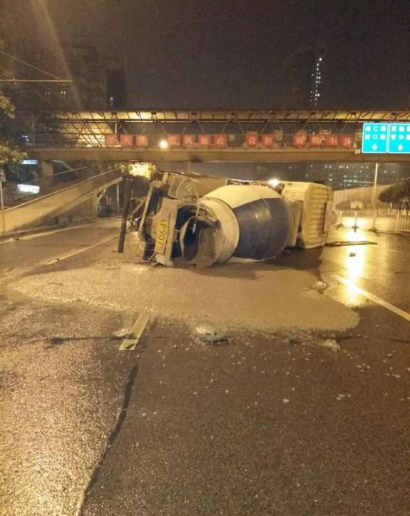 武汉一水泥槽罐车发生侧翻 3吨多混凝土撒了一地