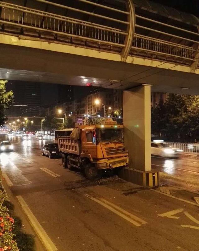 天桥被渣土车撞上。(记者 李爱华 摄)