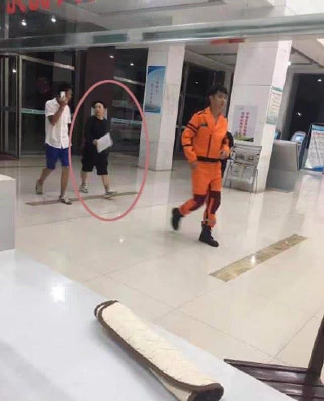 张丹峰片场近照曝光 随行工作人员已不是毕滢