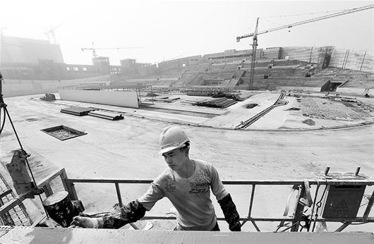 工人在装修施工 秦叙常 摄-来凤县龙凤体育中心即将完工 总投资1.68亿高清图片