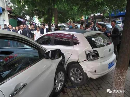 黄冈市浠水县发生一起交通事故 造成4人受伤