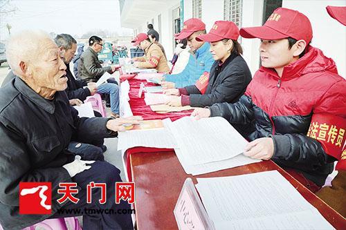 天门小板镇举办法制宣传日活动 让普法进乡村