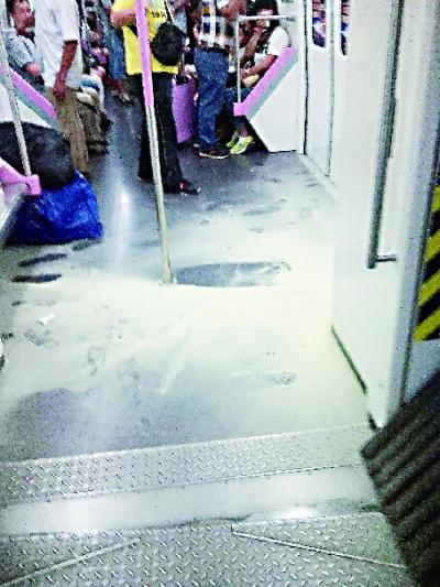 因有好奇乘客误喷灭火器,列车上残留的粉末.图片