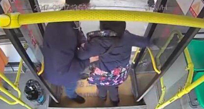 婆婆到站后下车困难 公交司机主动背其下车