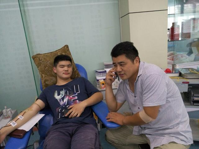 准大学生献血传承父亲爱心
