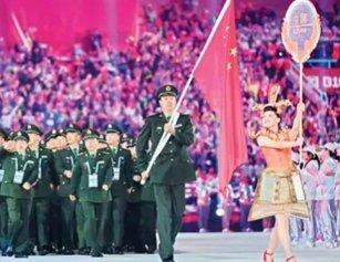 身高1米81的湖北女大学生 为中国代表团举牌