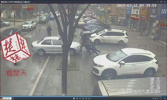 3男子嫌一轿车挡了门面 直接将其推上马路中间