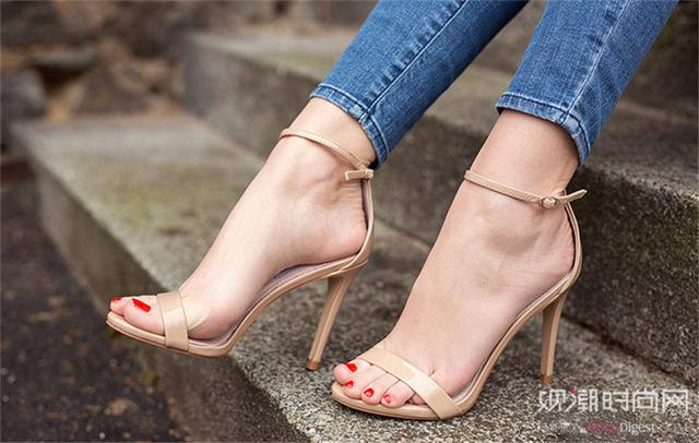 越简单越流行,一字带凉鞋演绎...