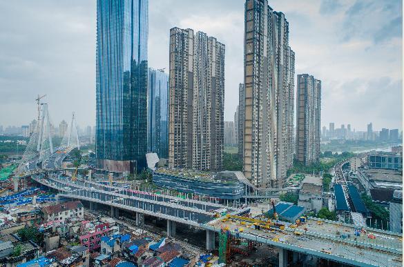武汉首个跨轻轨高架合龙 成功跨过轻轨1号线