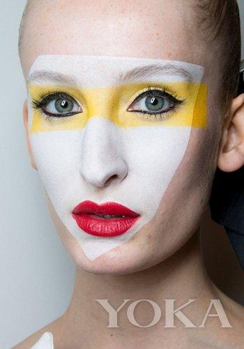 肌肤还算饱满   2,手指按压脸颊,可以立即回弹   3,暗黄中夹带褐色