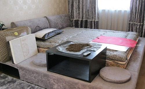 飘窗榻榻米床效果图:现代风格的小户型卧室设计,轻松休闲的