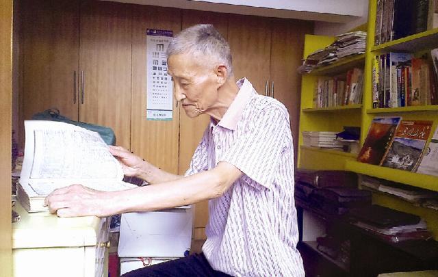 宜昌84岁高龄老者被称诗痴 自创诗2000首
