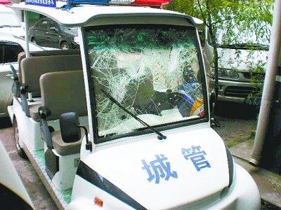 武汉狂徒闹市持斧追砍城管队员 执法队员被伤