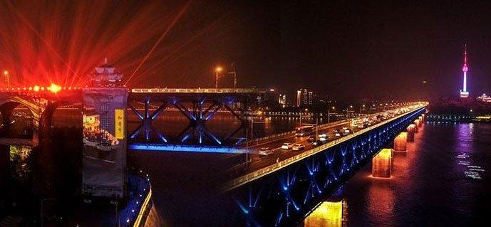 长江灯光秀创新演绎武汉城市地标
