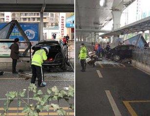 吓人!司机倒车忘松油门 小车冲上BRT站台